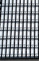 4415/Unikai :EUROPA, DEUTSCHLAND, HAMBURG, 09.06.2005: Abstellflaeche am Unikai, Hafen Hamburg, Fahrzeuge warten auf Verladung, Verladungen  PCTC (Pure Car and Truck Carrier) .von Neu- und Gebrauchtfahrzeugen, .Nutzfahrzeuge, Spezialfahrzeug, Tankfahrzeug ,Spedition, speditionellen.Abfertigung, Schiffsverladung, RoRo, O'Swaldkai, .Schuppen 48,  Lagerflaeche,  Stellfläche,  Export, Exportwirtschaft, .Luftaufnahme, Luftbild,  Luftansicht