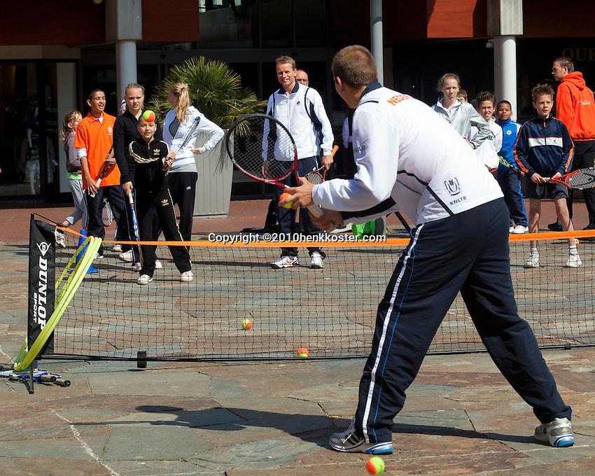 06-05-10, Zoetermeer, SilverDome, Tennis,  Davis Cup, Netherlands-Italy, Streettennis with Jan Siemerink and Thiemo de Bakker