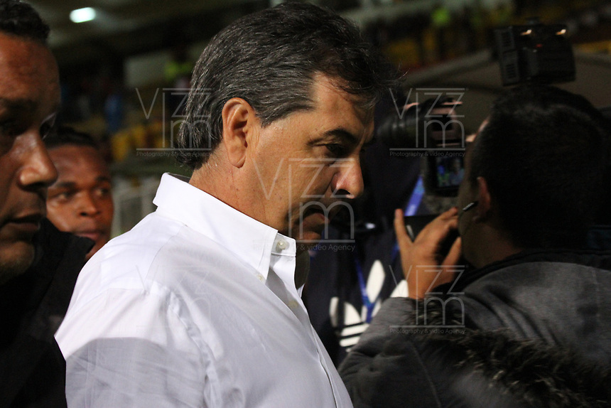 BOGOTA - COLOMBIA, 19-10-2017:Jorge Da Silva , director técnico del América de Cali , con preocupación abandona el campo de juego al final del partido contra  Tigres FC al cual no pudo ganarle y pierde posibilidades de seguir en la primera divisón del fútbol colombiano. Acción de juego entre los equipos  Tigres FC  contra el América de Cali  , durante partido entre Tigres FC y América de Cali , de la fecha 15 por la Liga Aguila II 2017 en el estadio Metropolitano de Techo de Bogotá. / Jorge Da Silva, coach of América de Cali, with concern leaves the field at the end of the game against Tigres FC, a team that could not beat him and loses chances to remain in the first division of Colombian football.. Action game between Tigres FC  and America de Cali , during a match of the date 15nd for the Liga Aguila II 2017 at the Metroplitano de Techo Stadium in Bogota city. Photo: Vizzorimage / Felipe Caicedo / Staff
