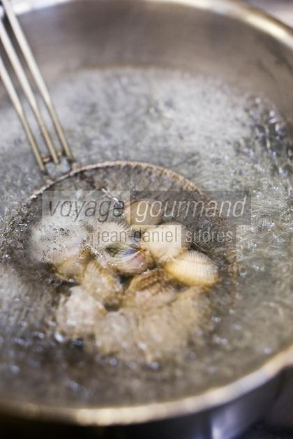 Europe/France/Bretagne/29/Finistère/Plomodiern: Cuisson des coquillages, recette d' Olivier Bellin de l'Auberge des Glazicks