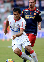 BARRANQUIILLA -COLOMBIA-02-05-2013. Michael Ortega (Izq) jugador de Atlético Junior disputa el balón con Daniel Hernandez (Der) jugador de Independiente Medellín durante partido por la fecha 6 de la Liga Postobón II 2014 jugado en el estadio Metropolitano Roberto Meléndez de la ciudad de Barranquilla./ Michael Ortega (L) player Atletico Junior fights for the ball with Daniel Hernandez (R) player of Independiente Medellín during match for the 6th date of the Postobon League II 2014 played at Metropolitano Roberto Melendez stadium in Barranquilla city.  Photo: VizzorImage/Alfonso Cervantes/STR
