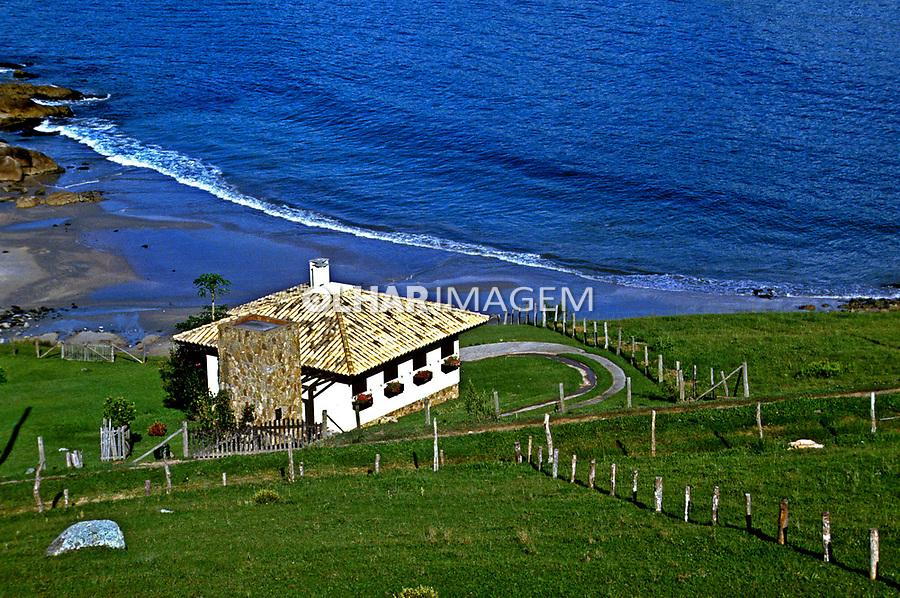 Casa de praia em Garopaba. Santa Catarina. 1994. Foto de Juca Martins.