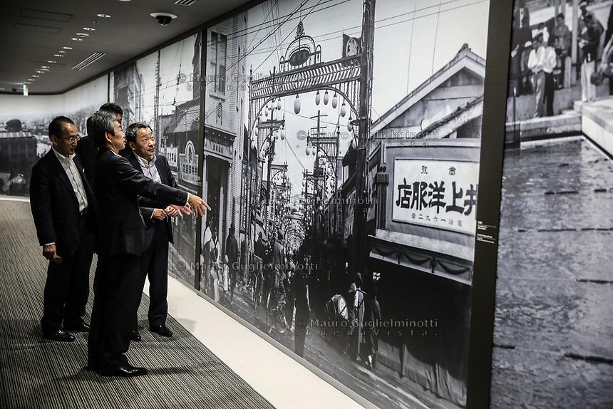 japanese people visiting the museum  Giapponesi in visita al museo