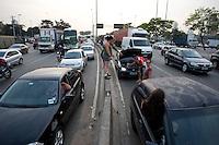 ATENCAO EDITOR: FOTO EMBARGADA PARA VEICULOS INTERNACIONAIS - SAO PAULO, 06/09/2012 - TRANSITO MARGINAL TIETE - Transito carregado na marginal Ti&ecirc;te sentido rodovia ayrton senna, altura da ponte do limao. Na foto populares que trafegavam pela marginal ti&ecirc;te, aguardam Guincho da companhia de transito na pista central.<br /> FOTO VAGNER CAMPOS/ BRAZIL PHOTO PRESS