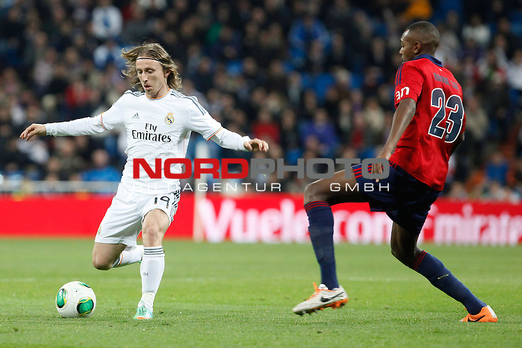 Real Madrid¬¥s Modric (L) and Osasuna¬¥s Raoul Loe during King¬¥s Cup match in Santiago Bernabeu stadium in Madrid, Spain. January 09, 2014. Foto © nph / Victor Blanco)
