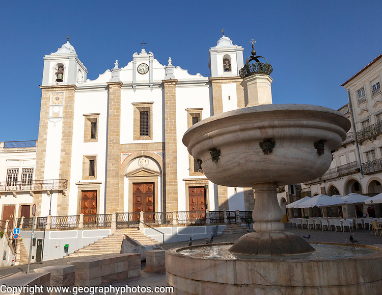 Fountain and Sixteenth century building of Church of Santo Antão dating from 1557, Giraldo Square, Praça do Giraldo, Evora, Alto Alentejo, Portugal southern Europe