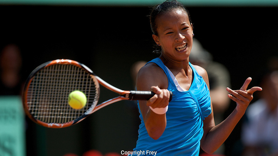 Anne Keothavong (GBR) against Dinara Safina (RUS) (1) in the first round of the Women's Singles. Safina beat Keothavong 6-0 6-0..Tennis - French Open - Day 2 - Mon 25th May 2009 - Roland Garros - Paris - France.Frey Images, Barry House, 20-22 Worple Road, London, SW19 4DH.Tel - +44 20 8947 0100.Cell - +44 7843 383 012