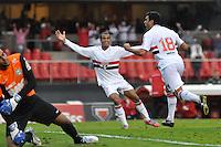 SÃO PAULO, SP, 08 DE JULHO DE 2012 - CAMPEONATO BRASILEIRO - SÃO PAULO x CORITIBA: Maicon (d) comemora gol durante partida São Paulo x Coritiba, válida pela 8ª rodada do Campeonato Brasileiro de 2012 no Estádio do Morumbi. FOTO: LEVI BIANCO - BRAZIL PHOTO PRESS.