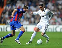 FUSSBALL   CHAMPIONS LEAGUE   SAISON 2011/2012  Achtelfinale Rueckspiel 14.03.2012 Real Madrid  - ZSKA Moskau  Cristiano Ronaldo (re, Real Madrid) gegen Vasili Berezutski (ZSKA Moskau)
