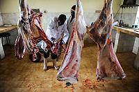 KENYA Limuru, Tigoni, butcher at work, beef parts  / KENIA, Fleischerei, Rindfleisch