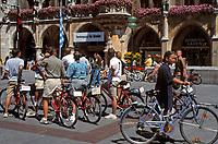Deutschland, Bayern, Oberbayern, Muenchen: Radfahrerfreundliche Stadt, Radfahrer vorm Neuen Rathaus am Marienplatz | Germany, Bavaria, Upper Bavaria, Munich: Cyclists in front of New Cityhall at Marien Square