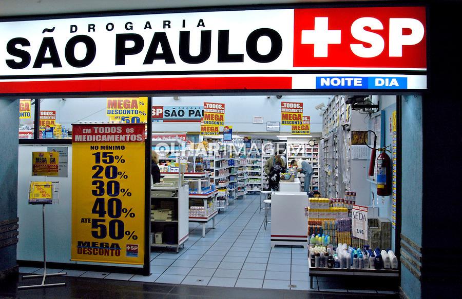 Farmácia 24 horas na Paulista, São Paulo. 2004. Foto de Juca Martins.