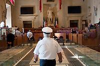 Roma, 21 Giugno  2012.Consiglio comunale in Campidoglio nell'aula Giulio Cesare per  la discussione sulla  cessione del 21% della controllata Acea, l'azienda che si occupa di acqua e servizi. Un agente della Polizia Municipale in aula