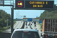 SAO PAULO, SP, 14.09.2013 - TRANSITO DESCIDA LITORAL - Transito intenso na rodovia dos Imigrantes sentido litoral neste sabado, 14. (Foto: Carlos Pessuto / Brazil Photo Press).