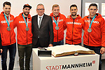 v.l. Mannheims Sinan Akdag (Nr.7), Mannheims Matthias Plachta (Nr.22), OB Peter Kurz, Mannheims David Wolf (Nr.89), Mannheims Dennis Endras (Nr.44) und Mannheims Marcel Goc (Nr.23)  beim Empfang bei der Stadt Mannheim fuer die Spieler, der olympischen Silbermedaillen Gewinner von den Adlern Mannheim.<br /> <br /> Foto &copy; PIX-Sportfotos *** Foto ist honorarpflichtig! *** Auf Anfrage in hoeherer Qualitaet/Aufloesung. Belegexemplar erbeten. Veroeffentlichung ausschliesslich fuer journalistisch-publizistische Zwecke. For editorial use only.