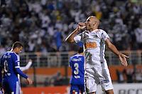 ATENÇÃO EDITOR: FOTO EMBARGADA PARA VEÍCULOS INTERNACIONAIS - SÃO PAULO, SP, 26 DE SETEMBRO DE 2012 - FINAL DA RECOPA SULAMERICANA - SANTOS x UNIVERSIDAD DE CHILE: Bruno Rodrigo (c) comemora gol durante partida Santos x Universidad de Chile, válida final da Recopa Sulamericana no Estádio do Pacaembú em São Paulo. FOTO: LEVI BIANCO - BRAZIL PHOTO PRESS