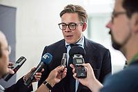 10. Sitzung des &quot;1. Untersuchungsausschuss&quot; der 19. Legislaturperiode des Deutschen Bundestag am Donnerstag den 17. Mai 2018 zur Aufklaerung des Terroranschlag durch den islamistischen Terroristen Anis Amri auf den Weihnachtsmarkt am Berliner Breitscheidplatz im Dezember 2016.<br /> In der Sitzung wurden in einer oeffentlichen Anhoerung als Sachverstaendige zum Thema: &quot;Foederale Sicherheitsarchitektur&quot; u.a. der ehemalige Chef des Bundesamt fuer Verfassungssschutz (Heinz Fromm), der ehemalige Direktor des Bundeskriminalamt (Juergen Maurer) und Rechtswissenschaftler befragt.<br /> Im Bild: Konstantin von Notz, Obmann der Partei Buendnis 90/Die Gruenen im Ausschuss, gibt vor der Ausschusssitzung ein Interview.<br /> 17.5.2018, Berlin<br /> Copyright: Christian-Ditsch.de<br /> [Inhaltsveraendernde Manipulation des Fotos nur nach ausdruecklicher Genehmigung des Fotografen. Vereinbarungen ueber Abtretung von Persoenlichkeitsrechten/Model Release der abgebildeten Person/Personen liegen nicht vor. NO MODEL RELEASE! Nur fuer Redaktionelle Zwecke. Don't publish without copyright Christian-Ditsch.de, Veroeffentlichung nur mit Fotografennennung, sowie gegen Honorar, MwSt. und Beleg. Konto: I N G - D i B a, IBAN DE58500105175400192269, BIC INGDDEFFXXX, Kontakt: post@christian-ditsch.de<br /> Bei der Bearbeitung der Dateiinformationen darf die Urheberkennzeichnung in den EXIF- und  IPTC-Daten nicht entfernt werden, diese sind in digitalen Medien nach &sect;95c UrhG rechtlich geschuetzt. Der Urhebervermerk wird gemaess &sect;13 UrhG verlangt.]
