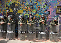 BOGOTÁ -COLOMBIA. 22-11-2013. La Marcha por la Paz y la Democracia se cumplió por las calles de la ciudad de Bogotá y es una iniciativa del movimiento Mujeres por la Paz. Para la marcha la Policía nacional de Colombia designó mujere policias para salvaguardar el orden./  The March for the Peace and Democracy was made on the streets of Bogota and is an initiative of the Women for the Peace movement. For the march the National Police of Colombia sent policewomen to keep order Photo: VizzorImage/Gabriel Aponte/ Str