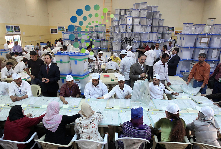 BAGHDAD, IRAQ:  Workers for the Independent High Electoral Commission (IHEC) count votes in Baghdad, Iraq held nationwide parliamentary elections...Picture: Ceerwan Aziz/Universal News And Sport (Europe). 11/03/2010.