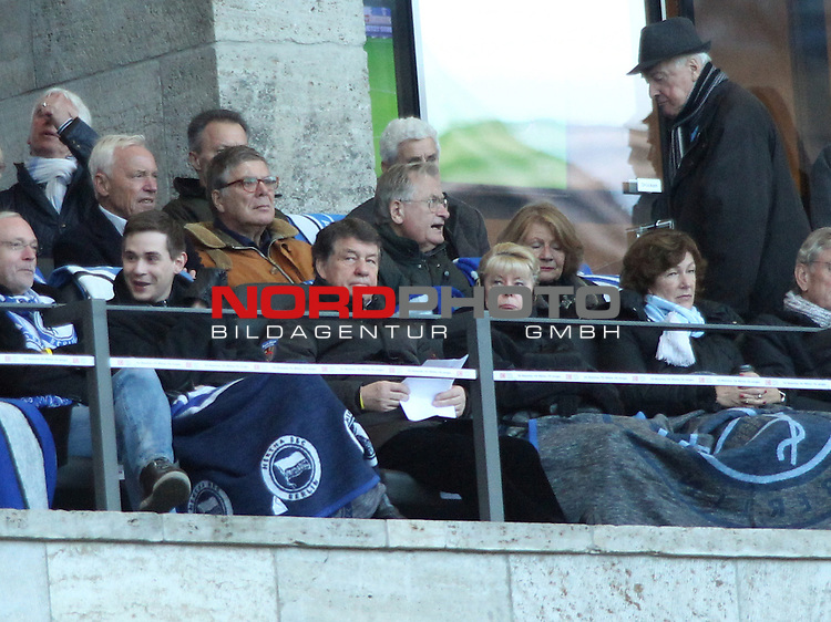 30.11.2013, OLympiastadion, Berlin, GER, 1.FBL, Hertha BSC vs FC Augsburg, im Bild Otto Rehhagel mit Gattin<br /> <br />               <br /> Foto &copy; nph /  Schulz