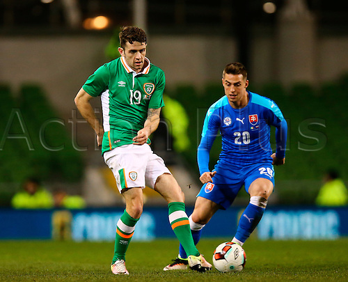 29.03.2016. Aviva Stadium, Dublin, Ireland. International Football Friendly Rep. of Ireland versus Slovakia. <br /> Robbie Brady (Rep. of Ireland) lays the ball back as Robert Mak (Slovakia) closes in.