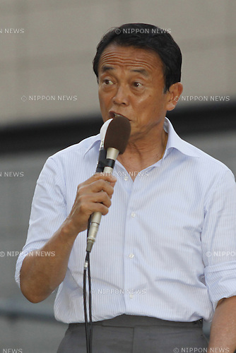 ?????????? = August 27, 2009, Honatsugi, Japan - Japanese Prime Minister Taro Aso of the ruling Liberal Democratic Party addresses a crowd of constituents as he campaigns for a LDP condidate in Honatsugi, west of Tokyo, on Thursday, August 27, 2009. The fall of LDP appears almost certain while the main opposition Democratic Party of Japan could win more than 300 seats in the August 30 election of the 480-seat Lower House, local newspapers reported. (Photo by Hiroyuki Ozawa/AFLO) [2178] -mis-