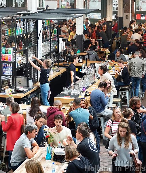 Nederland -  Amsterdam -  2018. Horeca in de Hallen in Amsterdam West. Drukte bij de bar.  Foto mag niet in negatieve context gepubliceerd worden.   Foto Berlinda van Dam / Hollandse Hoogte