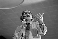 """Conference de Michel Chartrand """"Je suis contre"""" devant les étudiants de l'Universite Laval lors d'un debat-midi sur octobre 1970.<br /> , le 1er octobre 1971<br /> <br /> Photographe : Jacques Thibault<br /> - agence Quebec Presse"""