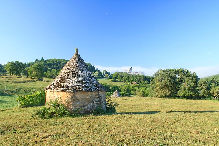 France, Dordogne (24), Beynac-et-Cazenac, le château et des bories un matin brumeux // France, Dordogne , Beynac-et-Cazenac, the castle and bories on a foggy morning