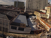 SAO PAULO, SP, 10/03/2013, DESMORONAMENTO ESTACIONAMENTO. Cerca de Quarenta veiculos foram atingido em um desmoronamento da cobertura de um estacionamento que fica na Rua Oliveira Alves, 770 no bairro do Ipiranga. O acidente aconteceu na noite de ontem (9), ninguem ficou ferido. LUIZ GUARNIERI/ BRAZIL PHOTO PRESS.