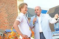 TURNEN: LEMMER: centrum Lemmer, 17-08-2012, Huldiging Olympisch kampioen, Epke Zonderland met z'n gouden medaille, turncommentator Hans van Zetten, ©foto Martin de Jong