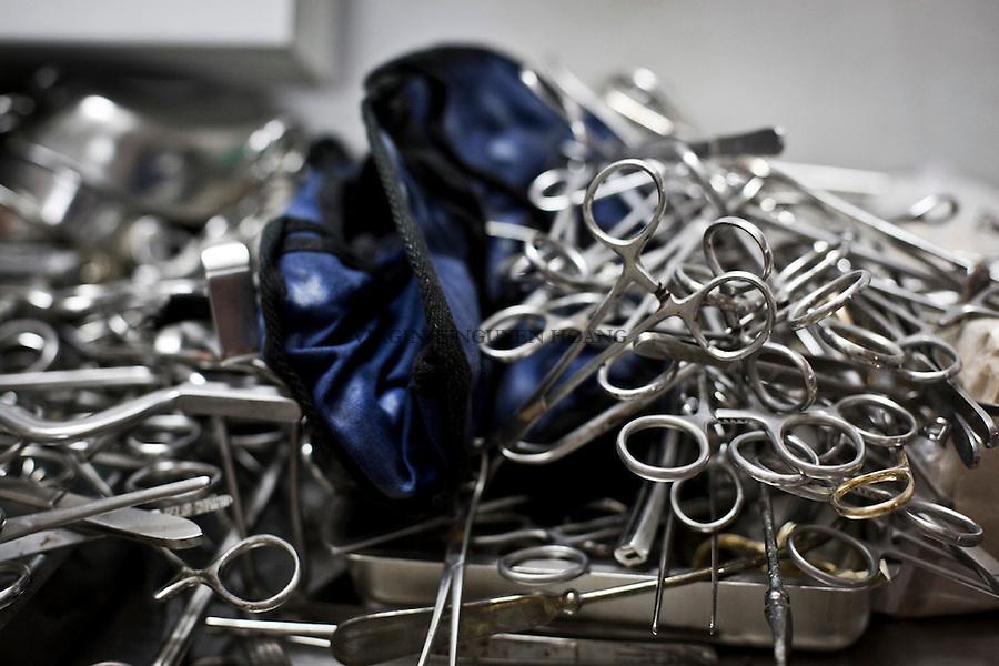 GAZA: Surgical tools in the warehouse of the hospital. &quot;Since the global economic crisis, humanitarian aid has reduced donations to hospitals in Gaza&quot; says the manager of the stockroom. &quot;We are in an emergency and do not have enough means to buy the necessary equipment.&quot; Dr. Jacob Mohissen.<br /> <br /> GAZA: Outils chirurgicaux dans l'entrep&ocirc;t de l'h&ocirc;pital. &quot;Depuis la crise &eacute;conomique mondiale, les aides humanitaires ont diminu&eacute;es les dons envers les h&ocirc;pitaux de Gaza&quot; explique le responsable de l'entrep&ocirc;t. &quot;Nous sommes dans une situation d'urgence et n'avons pas assez de moyen pour acheter le mat&eacute;riel n&eacute;cessaire&quot;. Docteur Jacob Mohissen.