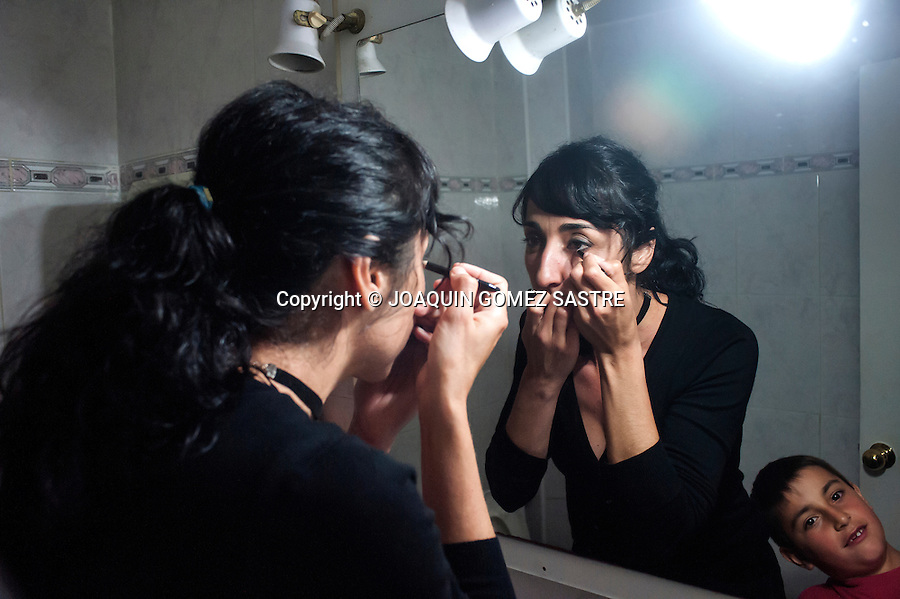 Making up before a performance of tango in the local Association friends of tango<br />  PHOTO &copy; JOAQUIN GOMEZ  SASTRE