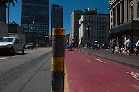 SAO PAULO, SP, 23.09.2014 - CICLO-FAIXA - BARRA FERRO -  Uma barra de ferro é vista entre ciclofaixa e via no Viaduto do Cha regiao central de Sao Paulo nesta terca-feira, 23 (Foto: Kevin David / Brazil Photo Press).