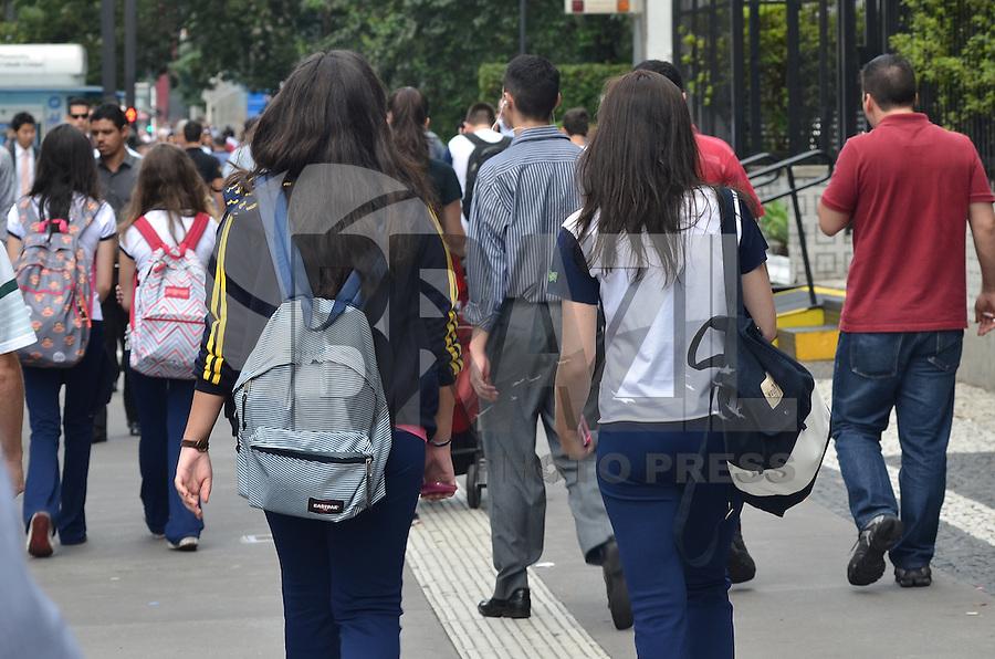 SAO PAULO, 04 DE FEVEREIRO DE 2013. - VOLTA AS AULAS  - Alunos do colegio Objetivo sao vistos na Avenida Paulista, regiao central, na manha desta segunda feira, 04. Muitas escolas retomam as aulas hoje. (FOTO: ALEXANDRE MOREIRA / BRAZIL PHOTO PRESS).