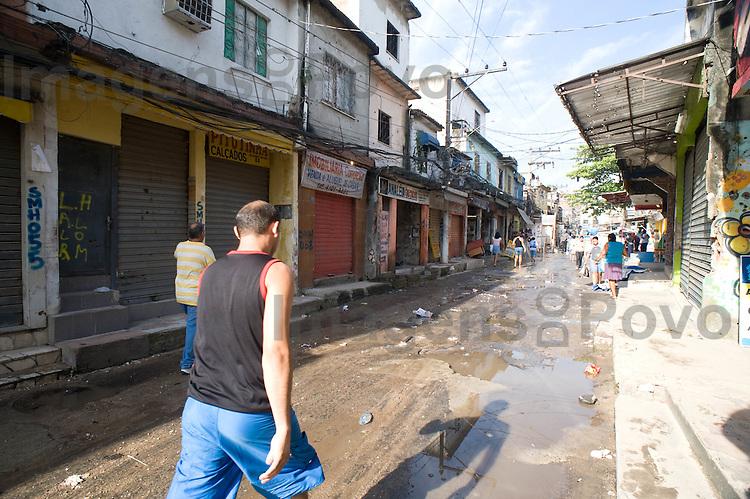 Rua Joaquim de queiroz, no conjunto de favelas do Alemão, Rio de Janeiro, Brasil.