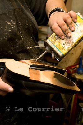 Genève, le 07.10.2008.Andrea Parisi, artisant cordonnier..© Le Courrier / J.-P. Di Silvestro