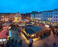Deutschland, Mecklenburg-Vorpommern, Schwerin: Weihnachtsmarkt auf dem Marktplatz   Germany, Mecklenburg-West Pomerania, Schwerin: Christmas fair at market square