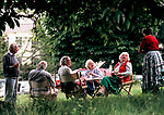 Country house sale auction Newnham Hall Northamptonshire 1994 viewing day people picnic having a day out at a local auction 1990S UK