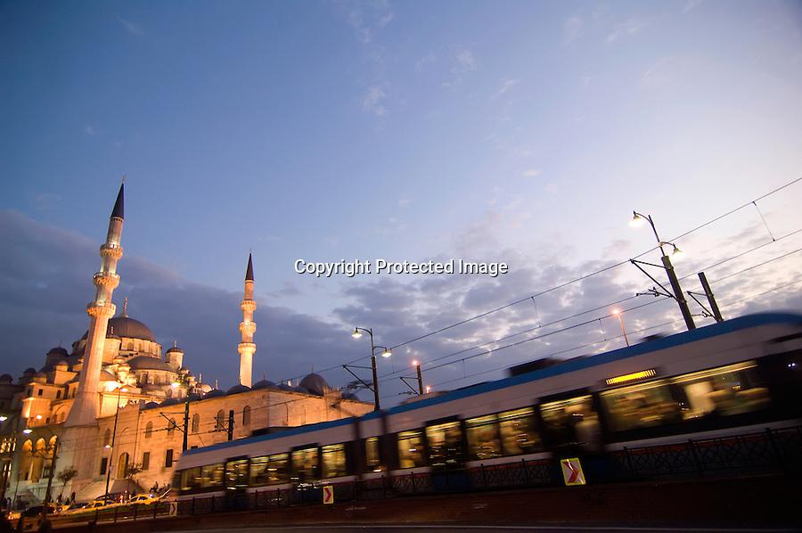 TURQUIA-ESTAMBUL.Un tranvia pasa  al anochecer por delante de la Mezquita de Rustem Pasa Cami  en Estambul.foto JOAQUIN GOMEZ SASTRE©