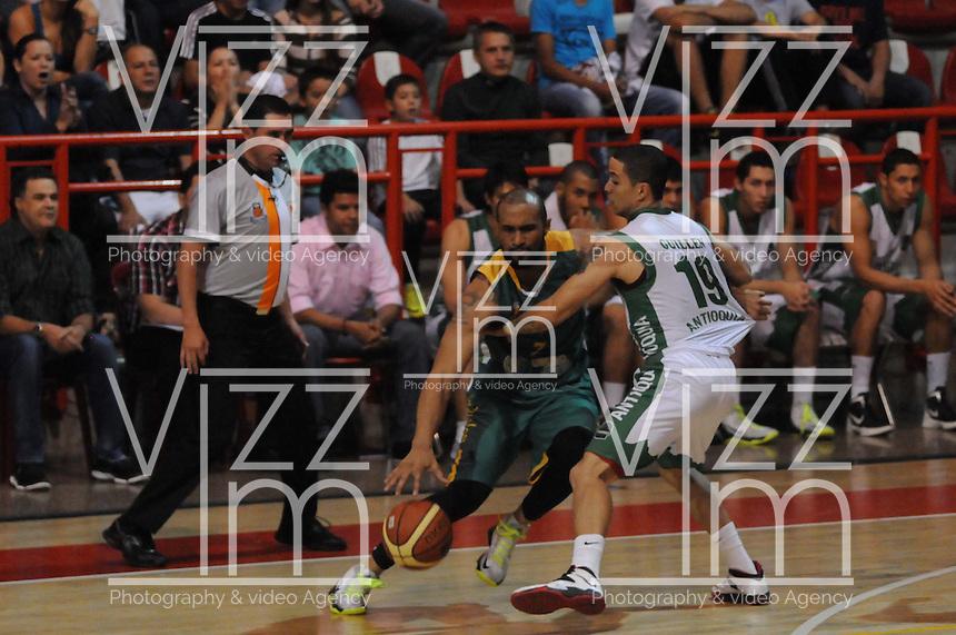 MEDELLÍN -COLOMBIA-11-11-2013. Heissler Guillent (Der.) jugador de Academia de la Montaña salta por el balón con Juan Herrera (Izq.) jugador de Cimarrones del Chocó por la fecha 3 de las semifinales de la Liga DirecTV de Baloncesto 2013-II de Colombia realizado en el coliseo de la Universidad de Medellín./ Heissler Guillent (R) player of Academia de la Montaña jump for the ball with Juan Herrera(L) player of Cimarrones del Choco during match for the 3th date of semifinals of the DirecTV Basketball League 2013-II in Colombia played at Universidad de Medellin coliseum.  Photo:VizzorImage/Luis Ríos/STR