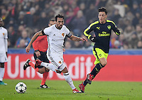 FUSSBALL CHAMPIONS LEAGUE SAISON 2016/2017 GRUPPENPHASE FC Basel - Arsenal London            06.12.2016 Mesut Oezil (re, Arsenal) gegen Matias Emilio Delgado  (li, FC Basel)