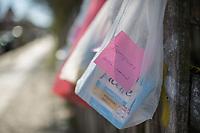 """Corona-Krise, Hilfe fuer Obdachlose.<br /> Menschen in Berlin haben fuer Obdachlose """"Spenden- und Gabenzaeune"""" eingerichtet. Dort haengen sie Bekleidung und haltbare Lebensmittel auf, die sich Obdachlose mitnehmen koennen.<br /> Im Bild: Hygieneartikel an einem Spendenzaun in Berlin-Kreuzberg.<br /> 24.3.2020, Berlin<br /> Copyright: Christian-Ditsch.de<br /> [NUR FUER REDAKTIONELLE ZWECKE! Werbung nur auf Anfrage beim Fotografen. Inhaltsveraendernde Manipulation des Fotos nur nach ausdruecklicher Genehmigung des Fotografen. Vereinbarungen ueber Abtretung von Persoenlichkeitsrechten/Model Release der abgebildeten Person/Personen liegen nicht vor. NO MODEL RELEASE! Don't publish without copyright Christian-Ditsch.de, Veroeffentlichung nur mit Fotografennennung, sowie gegen Honorar, MwSt. und Beleg. Konto: I N G - D i B a, IBAN DE58500105175400192269, BIC INGDDEFFXXX, Kontakt: post@christian-ditsch.de<br /> Bei der Bearbeitung der Dateiinformationen darf die Urheberkennzeichnung in den EXIF- und  IPTC-Daten nicht entfernt werden, diese sind in digitalen Medien nach §95c UrhG rechtlich geschuetzt. Der Urhebervermerk wird gemaess §13 UrhG verlangt.]"""