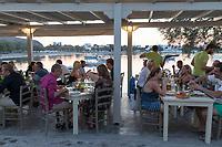 Greece, South Aegean, Cyclades, Milos island, Pollonia: Harbour restaurant in evening | Griechenland, Suedliche Aegaeis, Kykladen, Insel Milos, Pollonia: Abendessen in einem Restaurant am Hafen