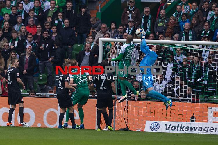 09.04.2016, Weser Stadion, Bremen, GER, 1.FBL, SV Werder Bremen vs FC Augsburg, im Bild Marwin Hitz (FC. Augsburg #35) Theodor Gebre Selassie (Werder Bremen #23) Halil Altintop (FC. Augsburg #7) Alfred Finnbogasin (FC. Augsburg #27) Jeffrey Gouweleeuw (FC. Augsburg #6) Jannik Vestergaard (Werder Bremen #7) <br /> <br /> <br /> <br /> Foto &copy; nordphoto / Woratschka