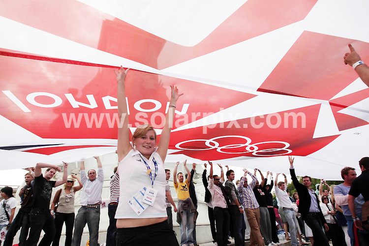 **ALL ROUND PICTURES FROM SOLARPIX.COM**.**NO UK NEWSPAPER PUBLICATION **UK MAGAZINE & SUPPLEMENT PUBLICATION ONLY** AND NO PUBLICATION IN FRANCE, SCANDINAVIA, AUSTRALIA AND GERMANY** .The official hand over for  the 2012 Olympic games took place by Buckingham Palace in central London..This pic:Atmosphere at the London 2012 ..JOB REF:7113-SFE       DATE:24_08_08 .**MUST CREDIT SOLARPIX.COM OR DOUBLE FEE WILL BE CHARGED* *UNDER NO CIRCUMSTANCES IS THIS IMAGE TO BE REPRODUCED FOR ANY ONLINE EDITION WITHOUT PRIOR PERMISSION*