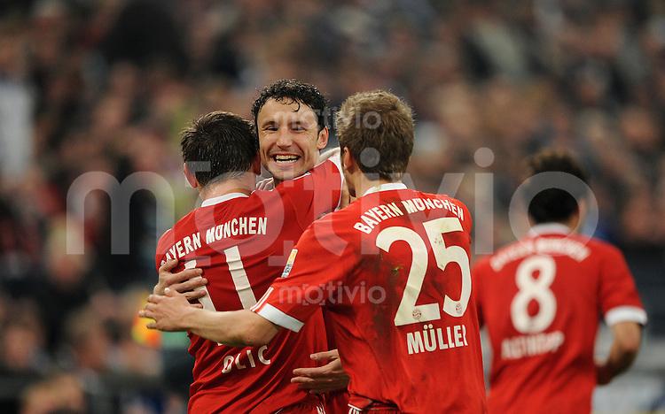 Fussball Bundesliga 2009/10 FC Schalke 04 - FC Bayern Muenchen Jubel zum 2:0 mit Ivica OLIC (l) mit v.l.: Mark VAN BOMMEL und  Thomas MUELLER (FCB).