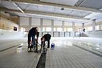 GOUDA - Op de bodem van het nieuwe door BAM Utiliteitsbouw regio Rotterdam gebouwde Zwembad Groenhovenbad boren medewerkers van VDH uit Leerdam gaten in de bodem voor het bevestigen van waterpoloballen. In opdracht van de gemeente ontwierp Wehrung Architecten uit Beek een 6.500 m² groot multifunctioneel zwemcomplex dat ruimte gaat bieden aan twee wedstrijdbaden, peuterbaden en een doelgroepenbad krijgt. Het zwembad kost bijna 20 miljoen euro, en moet in de zomer volgend jaar klaar zijn. Met een drijvende lijn vanuit de zwembadbodem, kan de scheidsrechter tijdens een wedstrijd de bal precies in het midden omhoog laten los komen, inplaats van willekeurig gooien vanaf de kant. COPYRIGHT TON BORSBOOM