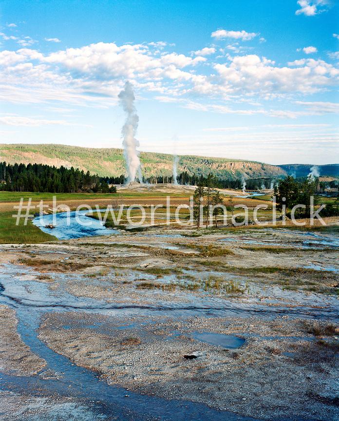 USA, Wyoming, Old Faithful Geyser at Yellowstone National Park