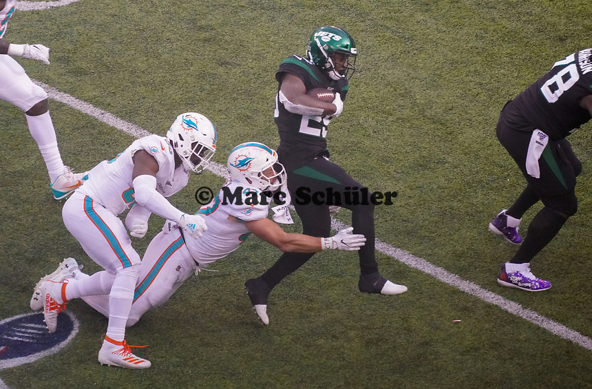 running back Bilal Powell (29) of the New York Jets wird von linebacker Vince Biegel (47) of the Miami Dolphins gestoppt - 08.12.2019: New York Jets vs. Miami Dolphins, MetLife Stadium New York